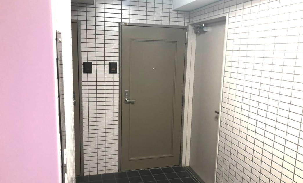 エレベーターを降りて左手の右側のお部屋です